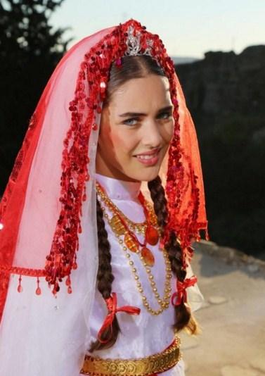 Como se llama la actriz que hace de Zehra en Esposa Joven