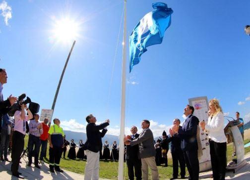 Como se llama el acto de subir la bandera