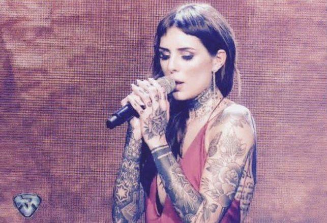 Candelaria Tinelli cantando