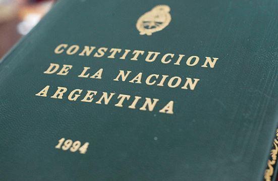 El texto que antecede a la constitucion se llama preambulo