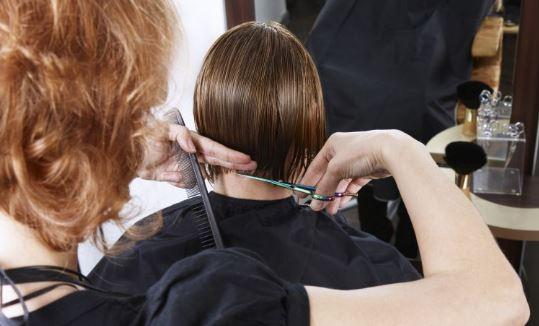 Como se llama la persona que corta el cabello