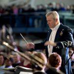 Como se llama la persona que dirige una orquesta