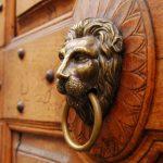 Como se llama la pieza de bronce para tocar la puerta